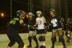 Tina Kimari ensinando formação de wall para as Black Hearts Nathália, Pauleira e Mariana.