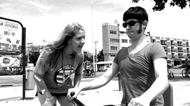 O humorista e músico Daniel Furlan, se disfarçou de jogadora de Roller Derby e encarou desafios...Um deles foi na Praia de Camburi, confira a aventura!http://redeglobo.globo.com/es/tvgazetaes/emmovimento/videos/t/edicoes/v/em-movimento-vc-emme/2435436/