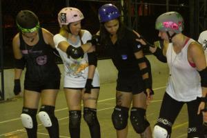 Paula Renata (capacete azul), aprendendo formação de wall com Heli Runteli, junto com Bianka Oliveira (capacete rosa) e Gisele Santos (capacete preto)